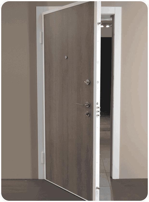 Veiligheidsdeur appartement bestaat uit verzinkt staal en isolerende platen